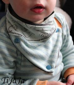 Baby wrap scarf - sewing pattern and sewing instructions via Makerist.de Baby wrap scarf – sewing pattern and sewing instructions via Makerist. Sewing For Kids, Baby Sewing, Baby Patterns, Sewing Patterns, Baby Tie, Baby Wraps, Bandanas, Kind Mode, Diy Fashion