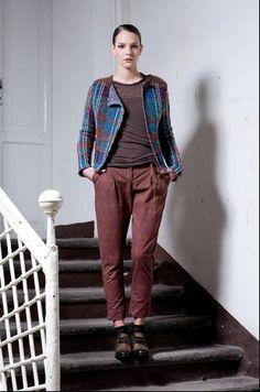 chaqueta de lana teñida naturalmente con pantalones de algodón.
