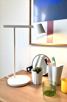 Die Tischleute Tip von Muuto ist aufs Wesentliche reduziert und überzeugt durch die klare, lineare Form. Der Leuchtkopf ist schwenkbar und das LED-Leuchtmittel lässt sich dimmen. Aluminium, Form, Sideboard, Light Fixtures