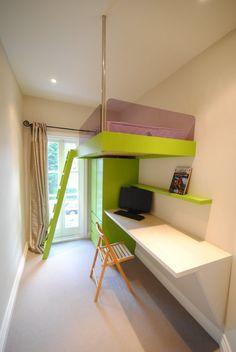 kleines Kinderzimmer einrichten-platzsparendes Hochbett, Schreibtisch mit Klappstuhl