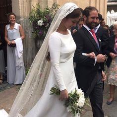 Veil with light, flat scarf Modest Wedding Gowns, Wedding Veil, Bridal Dresses, Wedding Goals, Dream Wedding, Bridal Veils And Headpieces, Celebrity Weddings, Wedding Styles, Beautiful Dresses