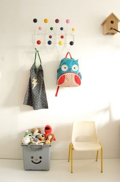 Chambre enfant : Patère Eames / Chaise en plastique blanche vintage / Boite IKEA