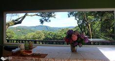 Vista da sala onde é servido o café da manhã, no Recanto Família Fragoso, uma pousada super romântica, em Monte Verde.