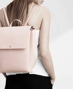 Schöner Rucksack aus natürlich, pflanzlich gegerbtem Leder. Hier entdecken und shoppen: http://sturbock.me/FRt