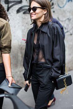 Un total look noir avec un chemisier transparent