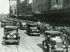 In 2018 we mark 102 years of RACV member and staff volunteers driving medically-restricted veterans and nurses in the ANZAC Day Parade. In this #TBT photo, the 1932 procession is seen approaching Bourke St, with the Shrine of Remembrance in the distance along Swanston St. We extend a huge thank you all our volunteers over the past 102 years.
