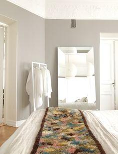 Arvostan sisustamisessa ja kunnostamisessa harmoniaa, pieniä virheitä, kekseliäisyyttä ja vanhan kunnioittamista. En tarkoita pelkästään antiikkisia vanhoja, vaan myös vanhoja, käytössä kuluneita, … Rugs, Home Decor, Gate Valve, Farmhouse Rugs, Decoration Home, Room Decor, Home Interior Design, Rug, Home Decoration