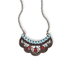 COLLAR DREAMS Complementa tu look con el collar en baño oro tipo envejecido, que tiene piedras de fantasía color rojo y resina color turquesa. Largo total del collar: 58 cm
