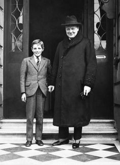 Sir Winston Churchill, British politician and Prime Minister of the United Kingdom, died from a stroke at the age of Take a look back at the life and legacy of arguably the greatest statesmen of the century. Winston Churchill, Churchill Quotes, Second World, King George, Historical Pictures, Before Us, Well Dressed Men, British History, Vintage Photographs
