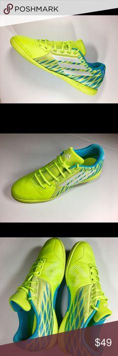 Gli uomini sono messi in scarpe adidas per il calcio, il calcio