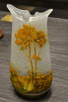 Vase Arbres jaunes  1911  Verre soufflé-moulé, vitrification, gravé à l'acide et peint à l'émail. Pied en application.  Acheté en 2000 par le Musée des Beaux Arts de Nancy.
