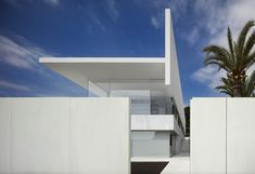 World Architecture Community News - Fran Silvestre Arquitectos completes Hofmann House with extruded roof in Valencia Residential Architecture, Architecture Design, Farnsworth House, Box Houses, Glass Boxes, Nice View, Minimalist Design, House Ideas, House Design