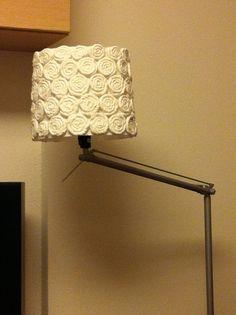 Una vez hemos hecho todas las flores, las vamos pegando a la pantalla de la lámpara