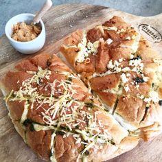 Gezellig plukbrood met verse pesto en gesmolten kaas