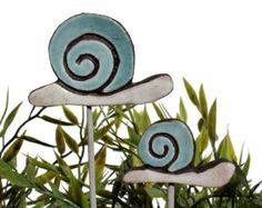 Schnecke Gartenkunst aus Keramik hergestellt.    Unsere Keramik-Werk-Stangen sind fantastische kleine Garten Ideen, sie machen auch tolle Geschenke. Diese Gartendekorationen jedem Haus und Garten eine einzigartige Note hinzu, und sehen toll aus in ein Pflanzen-Topf oder Blume-Bett. Unsere Keramik Gartenkunst ist handgemacht und handbemalte jeweils einzigartig zu machen. Unsere Gartenkunst ist montiert auf einem Edelstahl-Stab und mit der höchsten Qualität Steingut hergestellt und Frost…