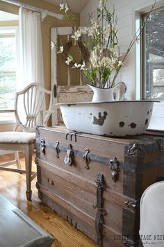 How to Decorate with Vintage Decor::Vintage Trunk