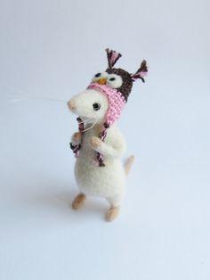Witte muis dragen uil hoed van HandmadeByNovember op Etsy