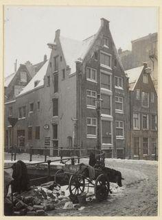 1940. Snoekjesgracht at corner of the Snoekjessteeg. Photo Joods Historic Museum / Jaap van Velzen. #amsterdam #1940