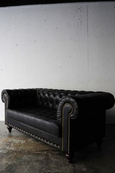 Black sofa paired with gold accent pillows Gothic Furniture, Leather Furniture, Furniture Decor, Living Room Furniture, Black Leather Sofas, Black Sofa, Chesterfield Bank, Leather Chesterfield, Sofa Home