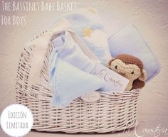 The Bassinet Baby Basket: For Boys es una hermosa canasta para bebé con un feeling cálido y clásico perfecto para regalo de baby shower o bienvenida de bebé recién nacido. Incluye frazada ultra suave de cuna con lindo estampado de nubes, estrellas y luna, set de cobija de microfibra chica y almohada suave de carriola, pañalerito azul bebé y Momo, nuestro changuito tejido a mano. $650 Pesos (Hacemos envíos a toda la república mexicana por $50 pesos)