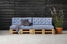 60 Stunning DIY Projects Pallet Sofa Design Ideas 6 – Home Design Pallet Lounge, Pallet Sofa, Pallet Furniture, Furniture Making, Garden Furniture, Outdoor Furniture, Pallet Bank, Outdoor Sofa, Outdoor Living