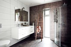 Baño minimalista con bajolavabo suspendido, blanco y oscuro en una combinación perfecta