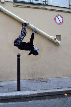 """""""Paresse"""" par Levalet - Encre de chine sur kraft sur mur et tuyau."""