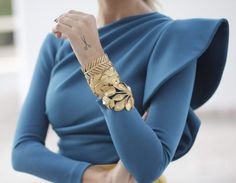 [Detalles*. Invitada boda.] Blue asymmetric long sleeve embellished gold cuff with dramatic shoulder