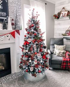 Best Christmas Tree Decorations, Cute Christmas Tree, Beautiful Christmas Trees, Noel Christmas, Christmas Colors, Christmas Crafts, Primitive Christmas, Xmas, Christmas Trends