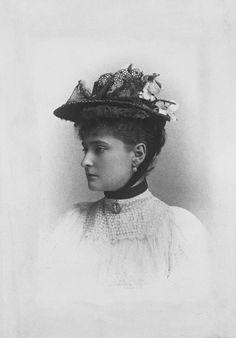 Imperatriz Alexandra Feodorovna enquanto Princesa Alix de Hesse. Sua cabeça está virada para a esquerda de perfil. Ela usa chapéu. Agosto de 1894.