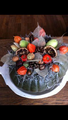 Herfst op tafel;  uitgeholde pompoen vullen met steekschuim en versieren maar!