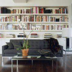 chez Michael Kors - bibliothèque sur toute la largeur du mur avec placards dans la partie basse <3 canapé et table basse Florence Knoll !
