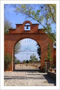Haciendas en Mexico - like the idea of a bell on the porte cocher. Mexican Style Homes, Hacienda Style Homes, Mediterranean Style Homes, Spanish Style Homes, Spanish Revival, Spanish House, Spanish Colonial, Colonial Art, Mexican Hacienda