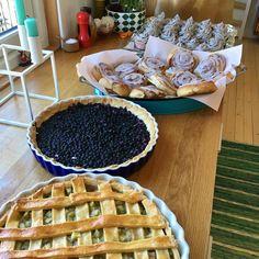 Rabarbrapai, blåbærpai, kanelboller og oreocupcakes.