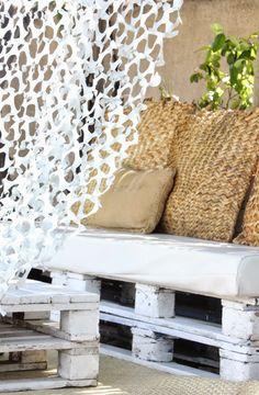 Palettes blanchies dans un jardin extérieur !!! regardsetmaisons: Mon canapé en palettes esprit nature et camouflage - visite -