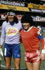 Diego en Argentinos Juniors con Hugo Gatti de Boca Juniors....  Muchas historias, luego serian compañeros en Boca 1981.
