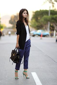 Love the printed pants and outfit proportions. 4 Fresh Office Outfit Combinations That Work For Spring #theeverygirl
