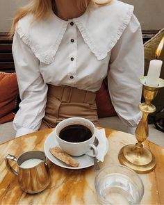 Amazing white shirt and brown pants vintage style Collared Shirt Outfits, Blouse Outfit, Golas Peter Pan, White Shirts Women, Inspiration Mode, Mode Vintage, Vintage Style, Collar Styles, Collar Shirts