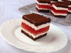 rozczochrane okruszki: Warstwowe ciasto poziomkowe.