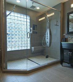 briques de verre, cabine de douche spacieuse, grande fenêtre en pavés de verre