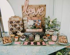 Mesa de dulces creada por Olguipop Eventos con nuestro expositor de donuts Donuts, Sweet Buffet, Dulce Candy, Candy Bar Wedding, Renewal Wedding, Grazing Tables, Wedding Decorations, Table Decorations, Charcuterie Board