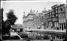 Nieuwezijds Voorburgwal | Gedempt in 1884 | Het gemeentebestuur begon in 1874 met een ambitieus plan om de Dam beter bereikbaar te maken. Onderdeel van dat plan was de demping van de Nieuwezijds Voorburgwal. Amsterdammers waren onder de indruk van de Parijse boulevards en hoopten dat de demping van de Nieuwezijds ook zo'n mooie slenterstraat zou opleveren. Een brede straat werd het zeker, maar verder was de Parijse allure ver te zoeken.