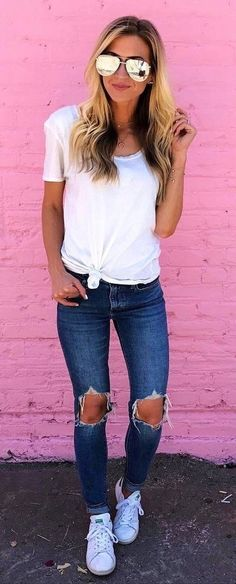 Simple outfit: t-shirt + ripped jeans + sneakers fashion trends in 2019 оде Chic Summer Outfits, Cozy Winter Outfits, Summer Outfits Women, Simple Outfits, Casual Outfits, Cute Outfits, Fall Outfits, Denim Outfits, Outfit Jeans