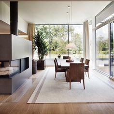 Architektenvilla La Libertad von Eisl Architektur in Salzburg Salzburg, Divider, Room, Furniture, Home Decor, Exclusive Real Estate, Villas, Contemporary Design, Architecture