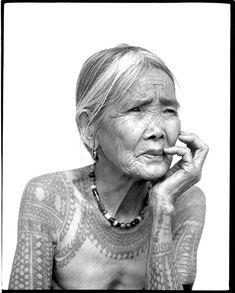 Kalinga, veut dire en Philippin hors la loi. Le tatouage Kalinga est étroitement lié à la chasse à têtes, une vieille tradition. Il s'agit de tuer des inconnus et de ramener leur tête comme trophée.