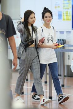BLACKPINK Jennie and BTS V have something in common. and they both know it - Koreaboo Blackpink Fashion, Kpop Fashion Outfits, Korean Outfits, Asian Fashion, Korean Airport Fashion, Looks Teen, Mode Kpop, Kim Jisoo, Looks Black