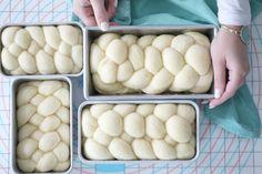 Hei alle dere, Brioche er et typisk fransk brød som passer perfekt til de dagene du vil unne deg noe ekstra luksuriøst til frokost. Ofte når jeg lager Brioche, lager jeg en dobbel porsjon, da dette brødet er bare så godt, og perfekt til helge kos. Jeg elsker å spise det sammen med hjemmelaget syltetøy