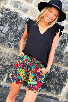 Un short festonné et coloré Look Short, Casual Shorts, Blouse, Inspiration, Collection, Women, Fashion, Boutique Online Shopping, Womens Fashion