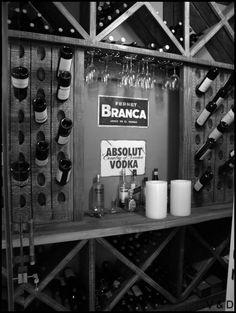 #bar #winery #bodega #modern #stool #red #wood #white #interiors #deco #homedecor #house #branca