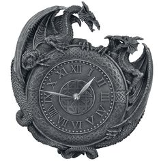 34,99e Nemesis Nown Dragon Duel Wall Clock on seinäkello, jossa on kaksi taistelevaa lohikäärmettä, kelttisymboli keskellä ja roomalaiset numerot. Mukana kaksi kiinnitysrengasta. Kello toimii yhdellä AA 1,5 V -paristolla (ei sisälly toimitukseen). Koko n. 25 x 25 x 3 cm.